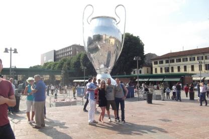 Andrea, Paula, Matteo, Cristiano sotto la Coppa gigante.JPG